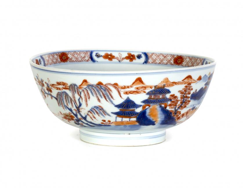 Cuenco en porcelana esmaltada estilo Imari. China, S. XIX
