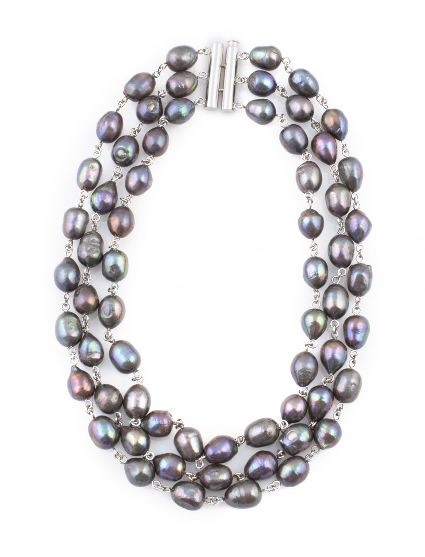 Collar de tres hilos de perlas negras ligeramente ovoides c