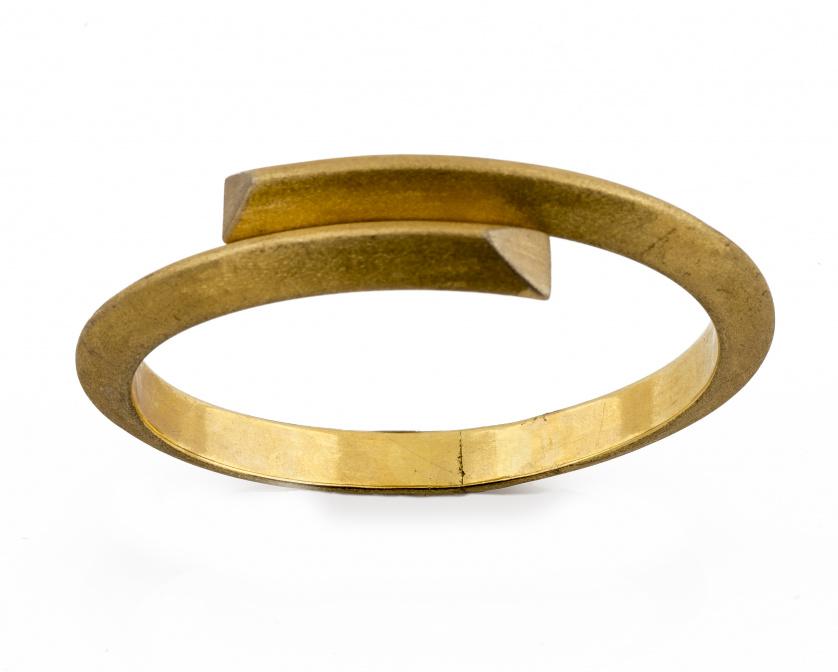 Brazalete rígido de perfil angular en oro mate de 18K., con