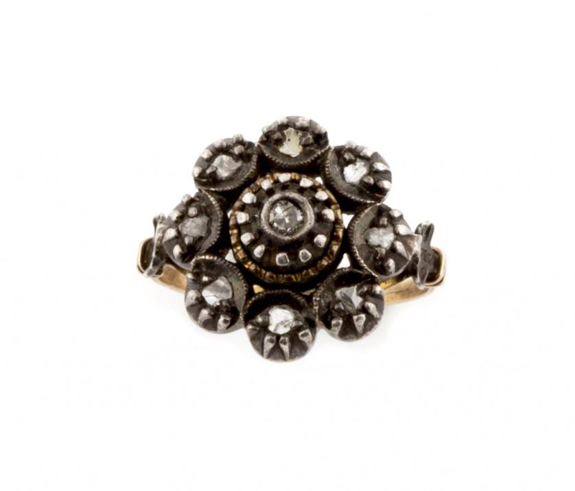 Sortija flor de diamantes de ff S. XIX en oro de 18K con fr