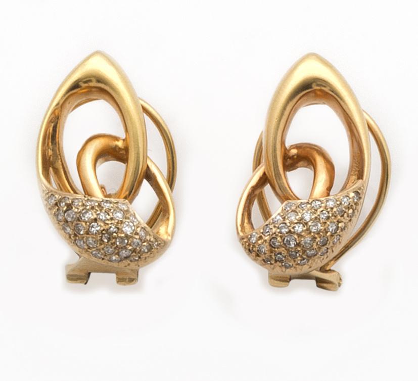 Pendientes con pavé de brillantes con diseño de nudo en oro