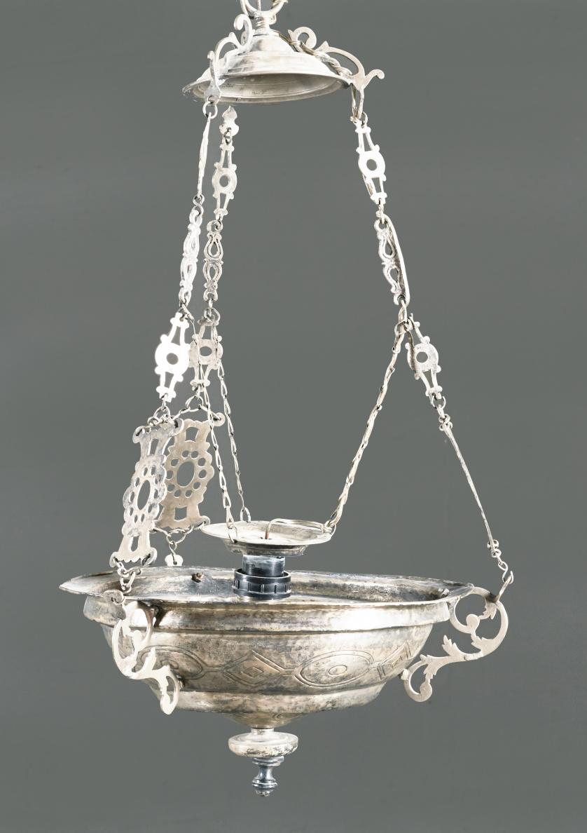 Lámpara votiva de plata en su color con decoración grabada