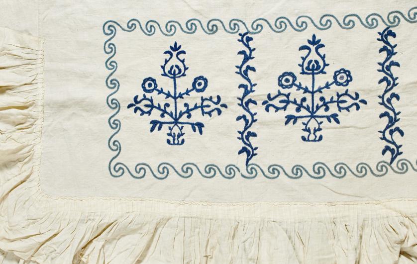 Tela de hilo bordado de azul con flores.Quizás trabajo sal