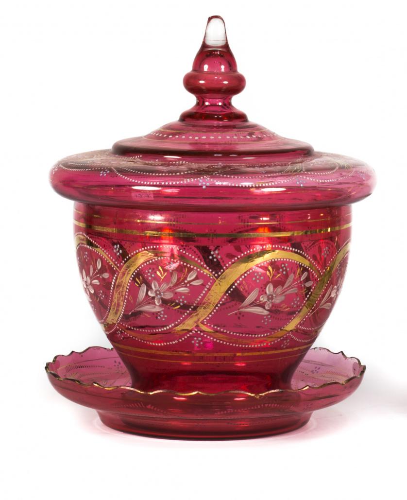 Compotera de cristal rubí con decoración de hojas en dorado