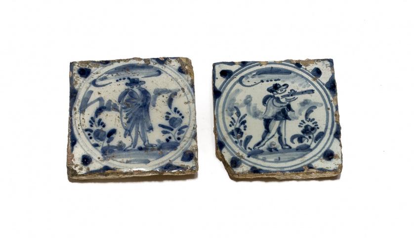 Dos azulejos de cerámica esmaltada en azul de cobalto uno c