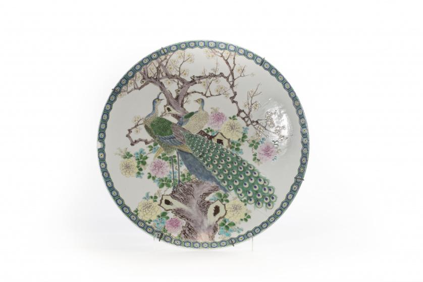 Plato en porcelana esmaltada con decoración de pavos reales