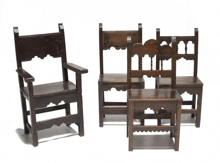 Juego de tres sillas de madera de castaño, dos de pp. del S