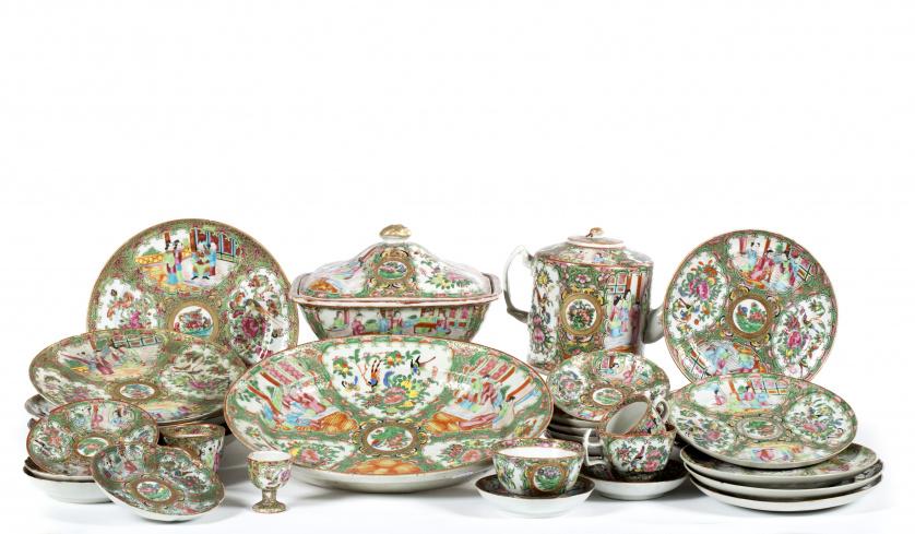 """Parte de servicio de porcelana con esmaltes de """"familia ros"""