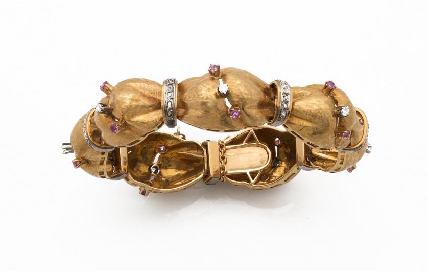 Brazalete con diseño en forma de banda arqueada de oro mate