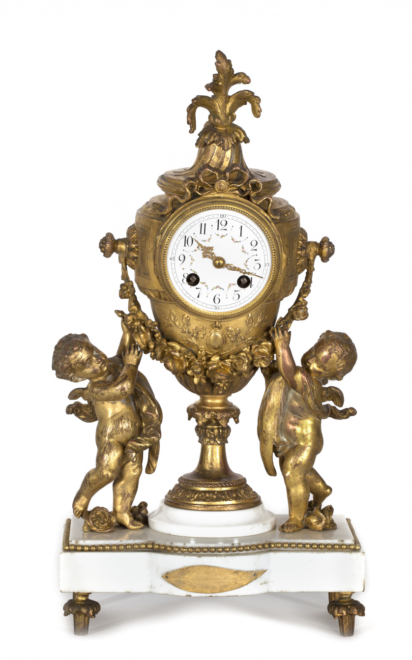 Reloj de sobremesa estilo Luis XVI en bronce dorado sobre b