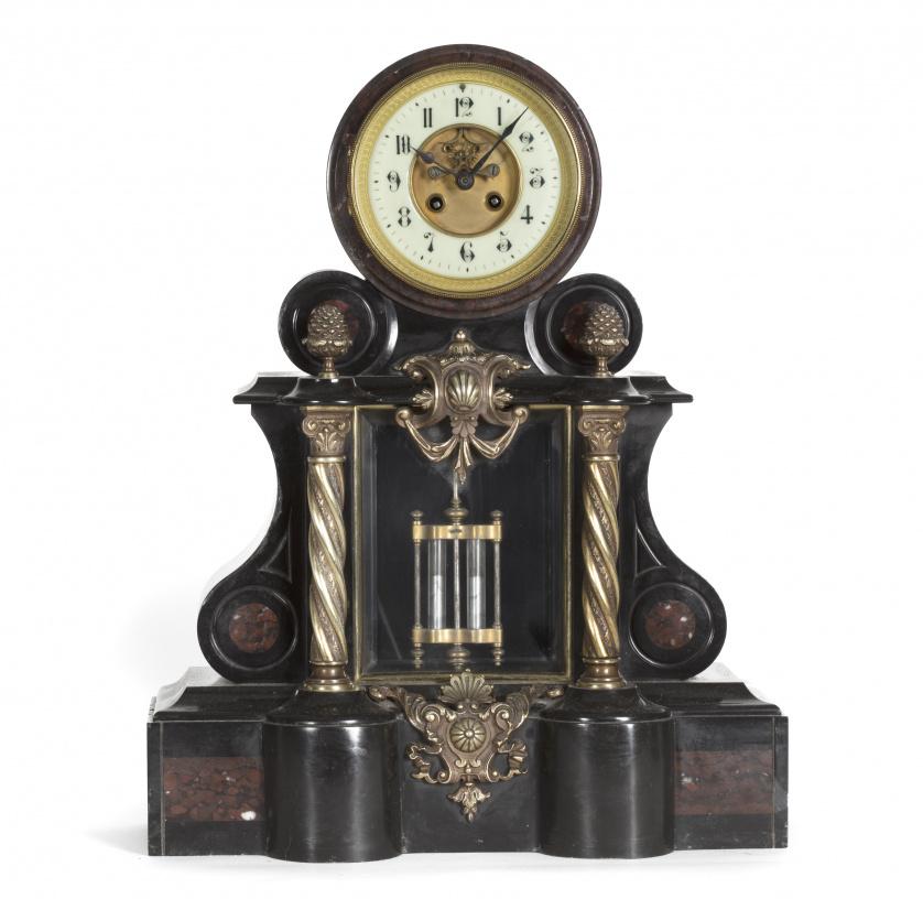 Reloj de sobremesa en mármol con aplicaciones de bronce.Fr