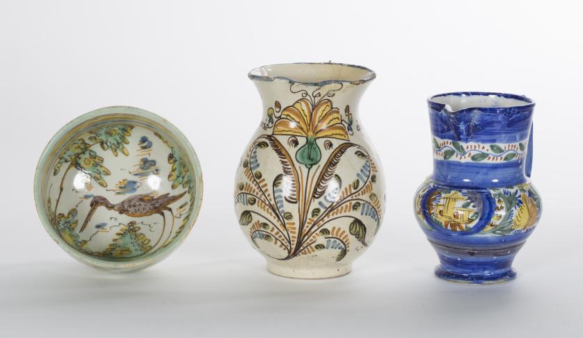 Jarro de cerámica esmaltada en ocre, verde y amarillo con l