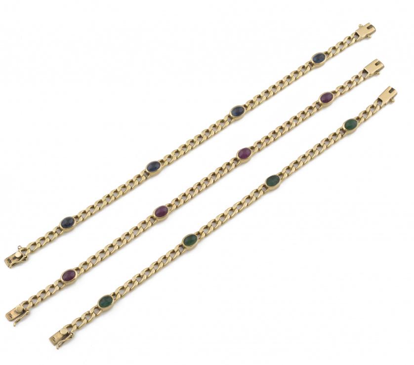 Pulsera con cuatro cabuchones de rubíes en cadena de eslabó