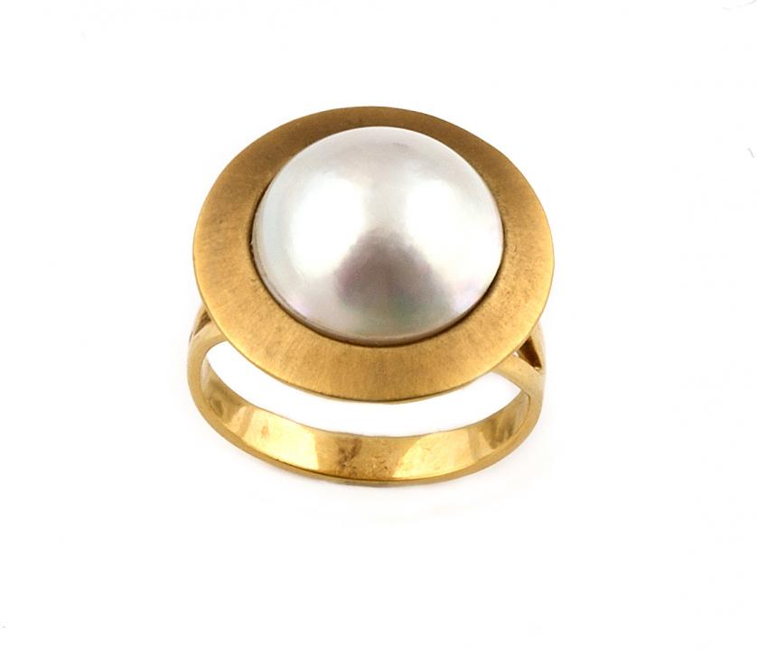 Sortija con perla mabe en montura con marco de oro mate cir