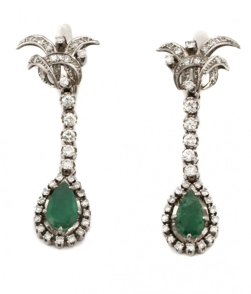 Pendientes largos años 50 con perillas de esmeraldas orlada