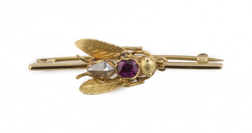 Broche de abeja con cuerpo de rubí y diamante de talla rosa