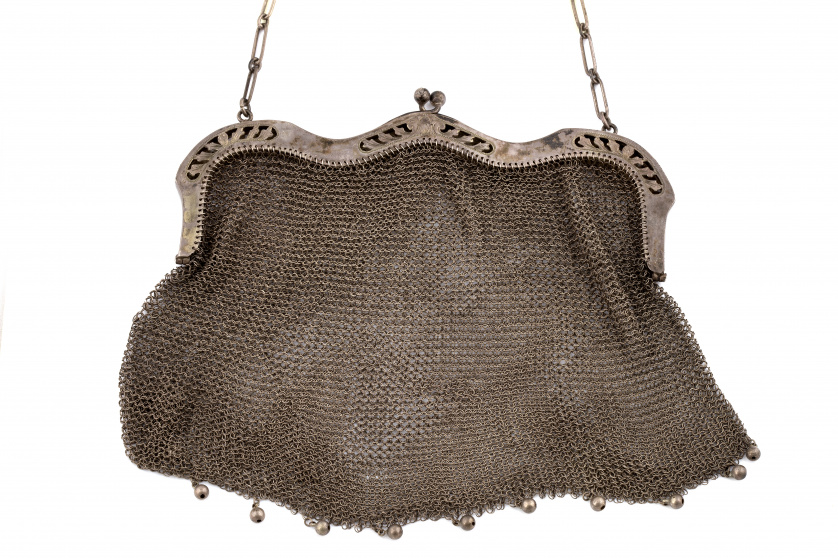 Bolso en malla de plata pp. s.XX con boquilla ondulada y ca