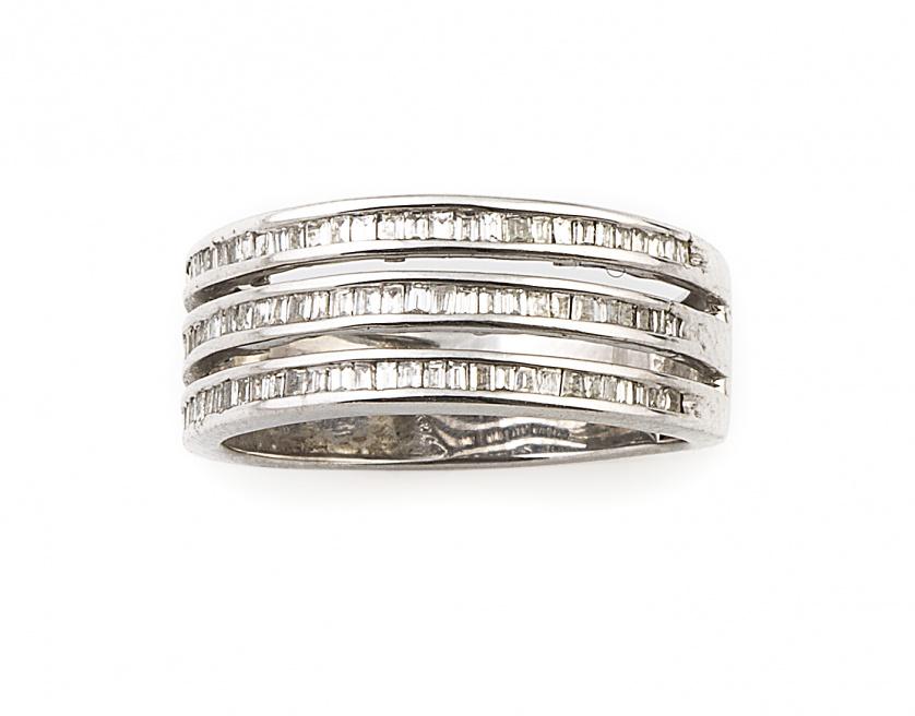 Sortija con tres líneas de diamantes baguette en oro blanco