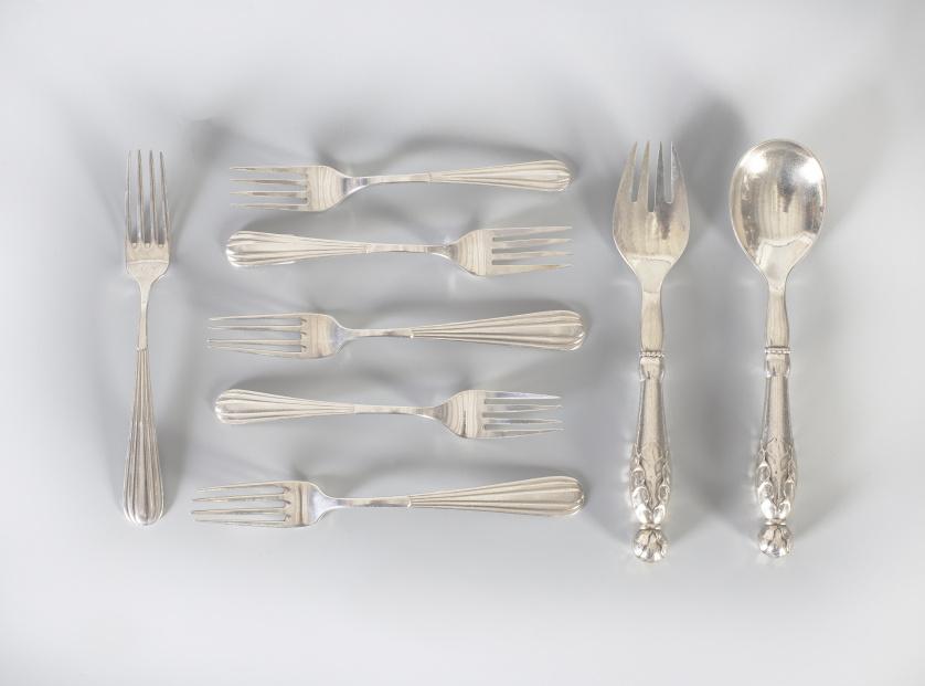 Doce tenedores con marcas; cinco de ellos de J. Leusia, Mad