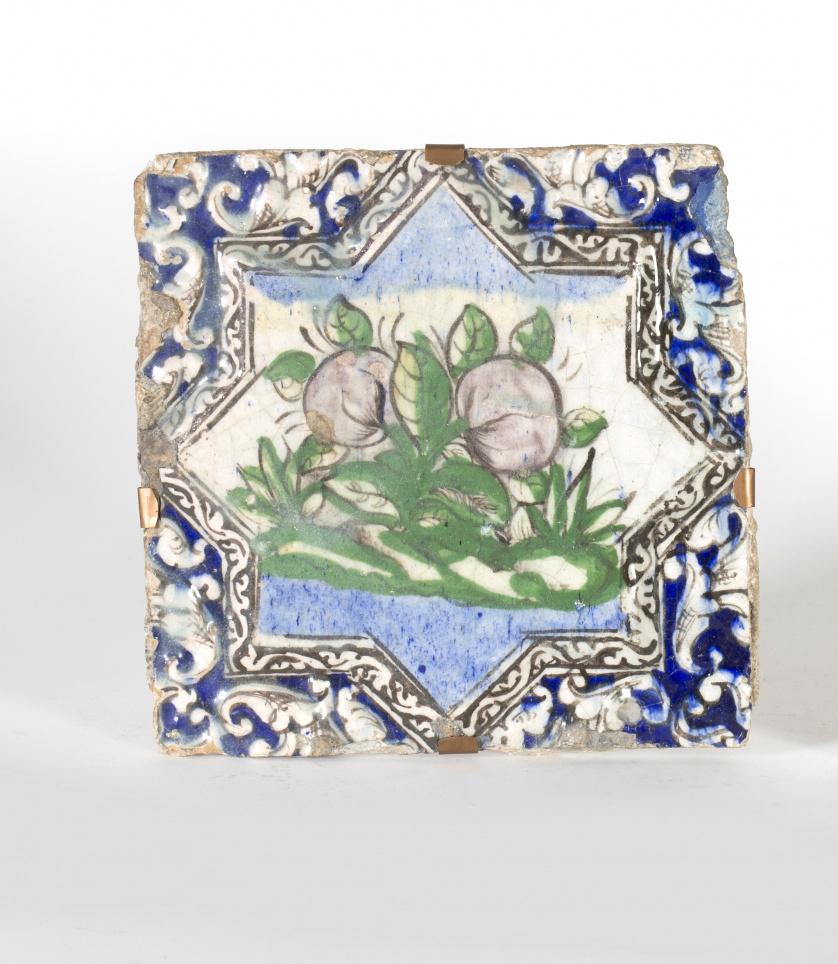 Azulejo de cerámica esmaltada con decoración de frutos en r