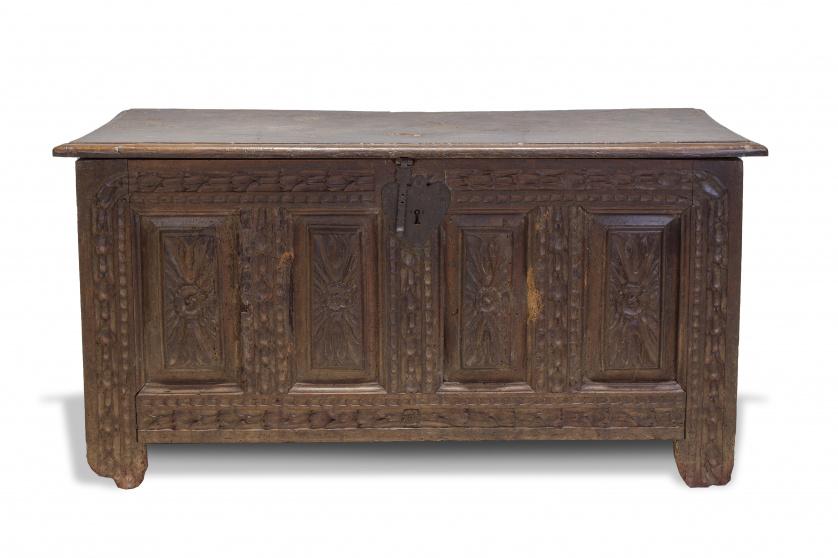 Arcón de madera tallada de castaño.Trabajo vasco, S. XVIII