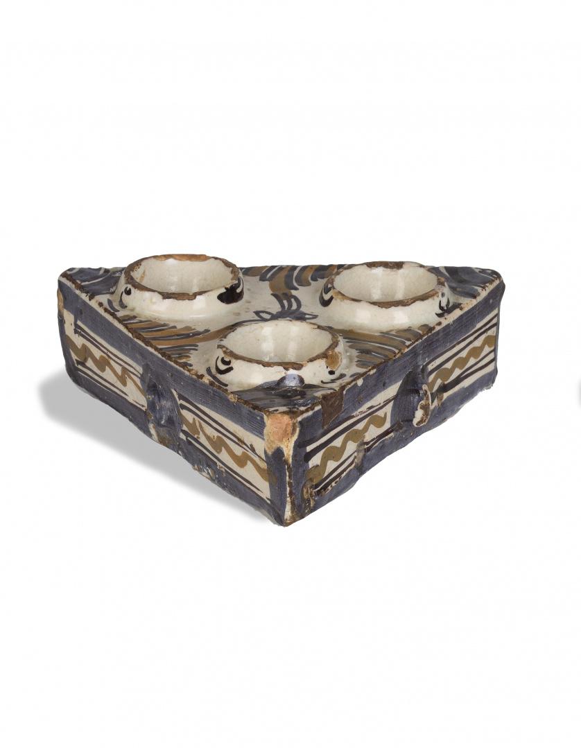 Especiero o salero de cerámica esmaltada en ocre, azul y ma