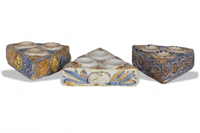 Lote de tres especieros o saleros de cerámica esmaltada de