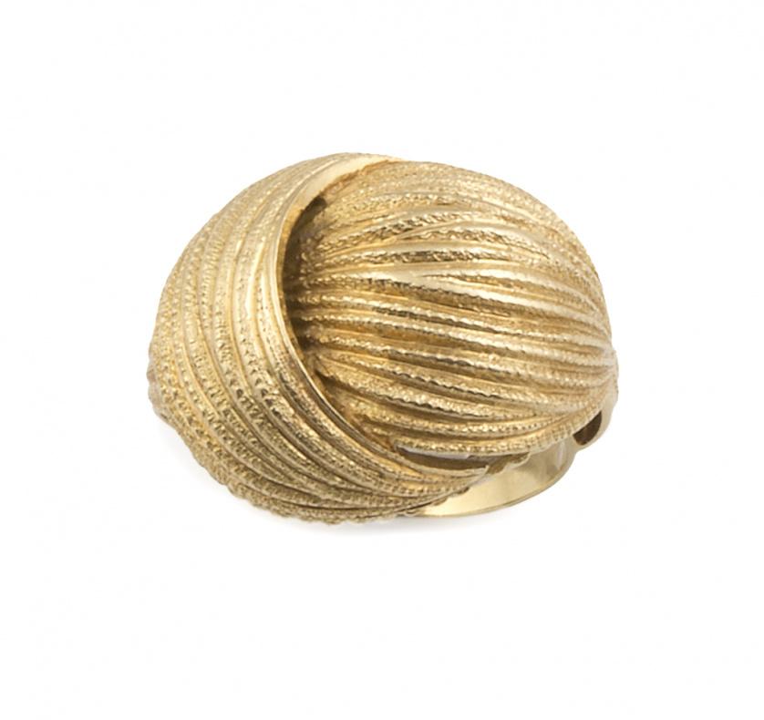 Sortija con diseño en forma de nudo en oro amarillo mate gr