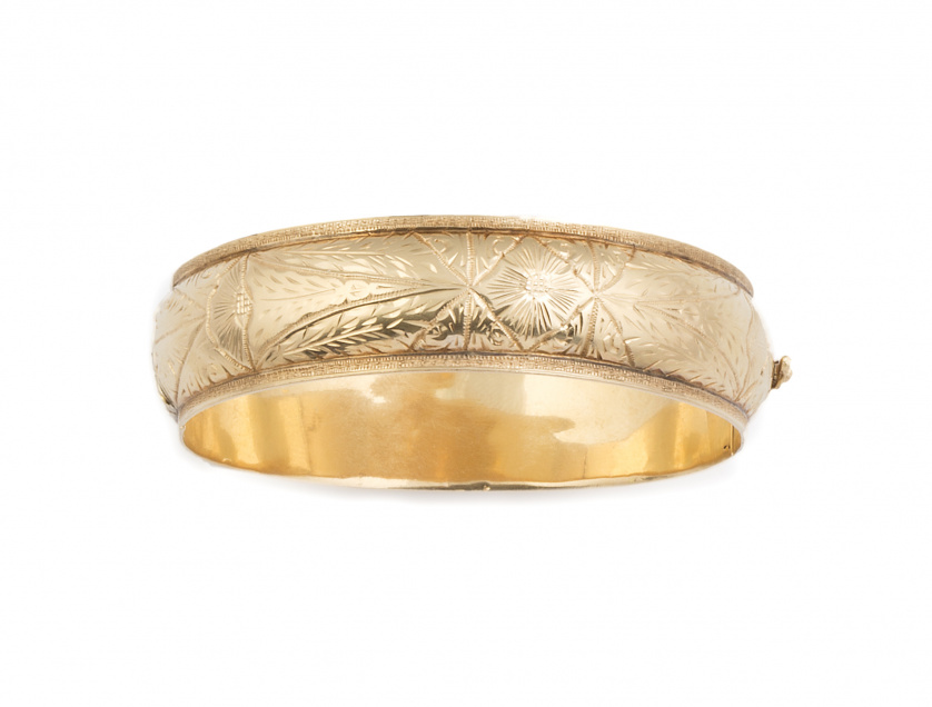 Brazalete de media caña grabado en oro amarillo de 18K