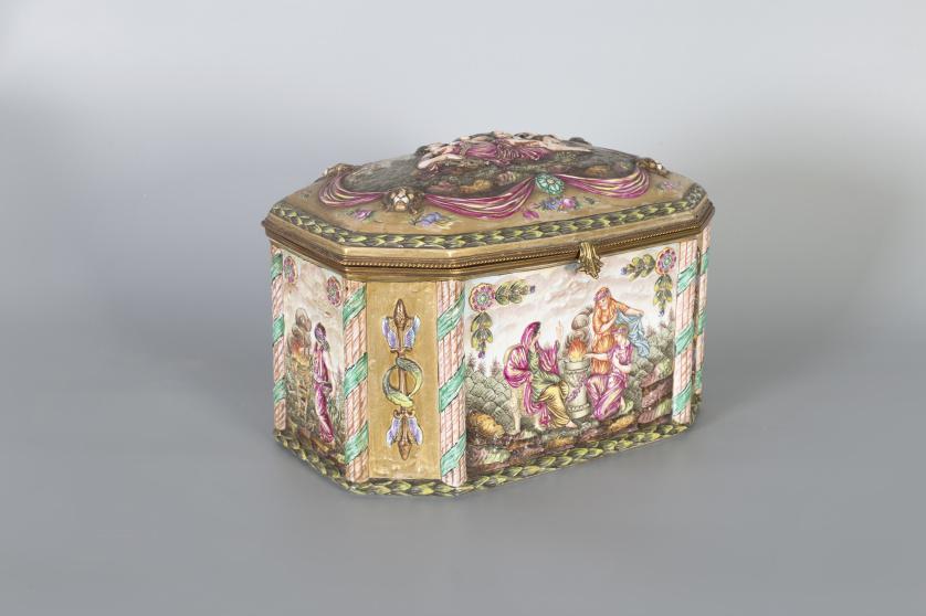 Caja de porcelana esmaltada, dorada y pintada.Capodimonte,