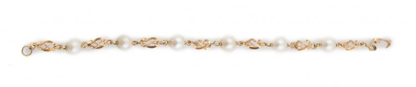 Pulsera de perlas cultivadas entre motivos de dobles ochos