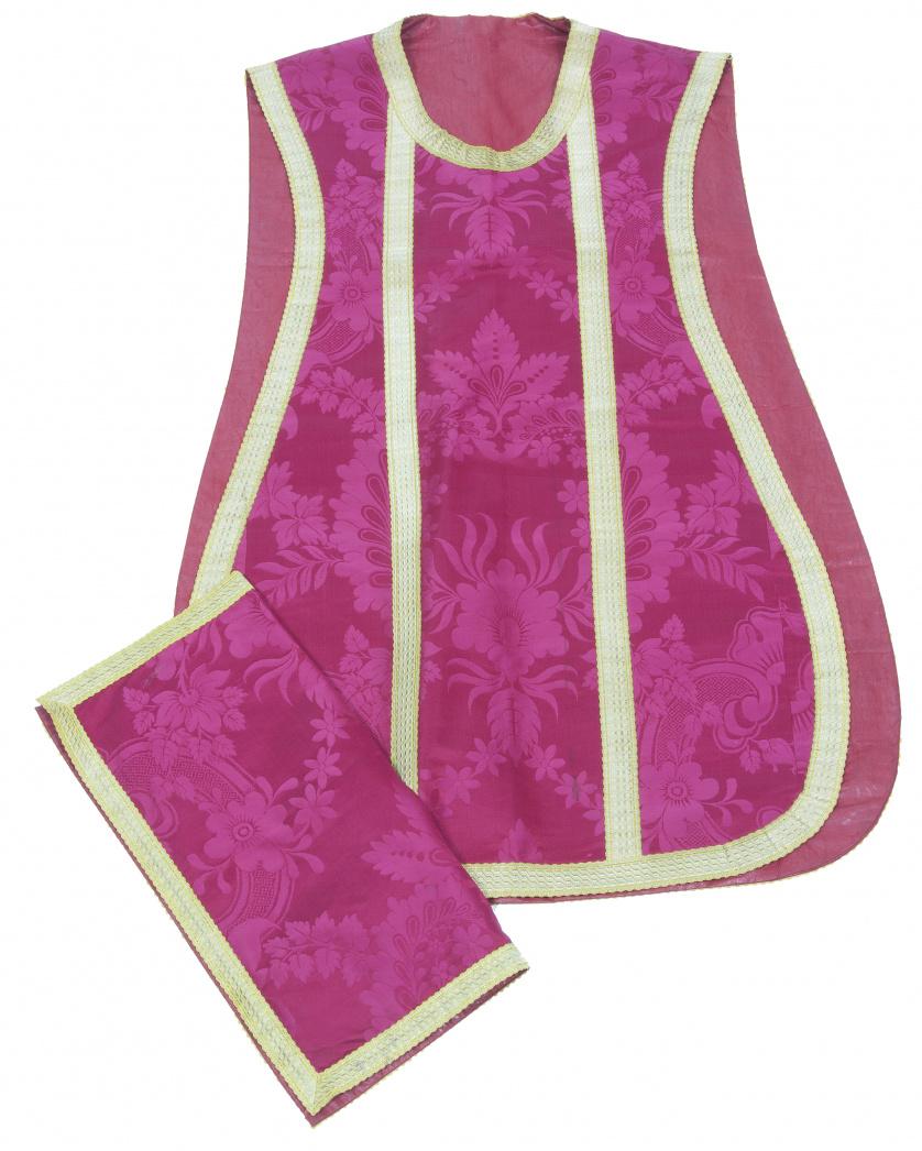 Casulla fucsia en raso de seda con piñas bordadas y galones