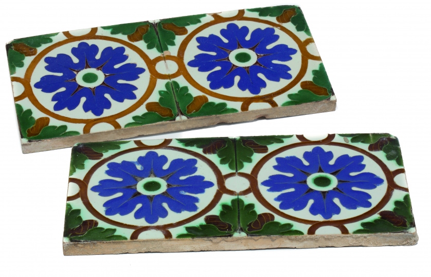 "Pareja de azulejos de cerámica de ""arista"" ornamentada con"