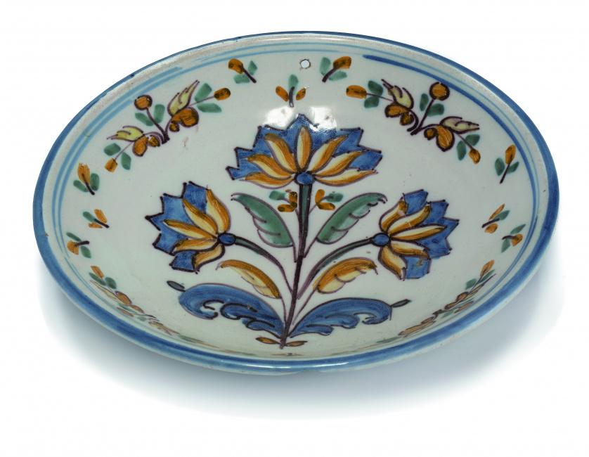 Pareja de platos de cerámica esmaltada con flores policroma