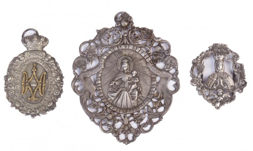 Dos medallas y una placa de plata de cofradía, con la Virge
