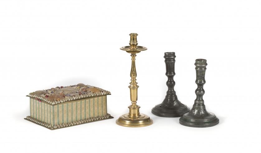 Candelero en bronce, dorado, fundido y torneado. Con nudo d