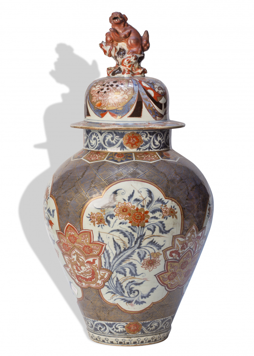 Tibor Imari de porcelana esmaltada con cartelas de flores y