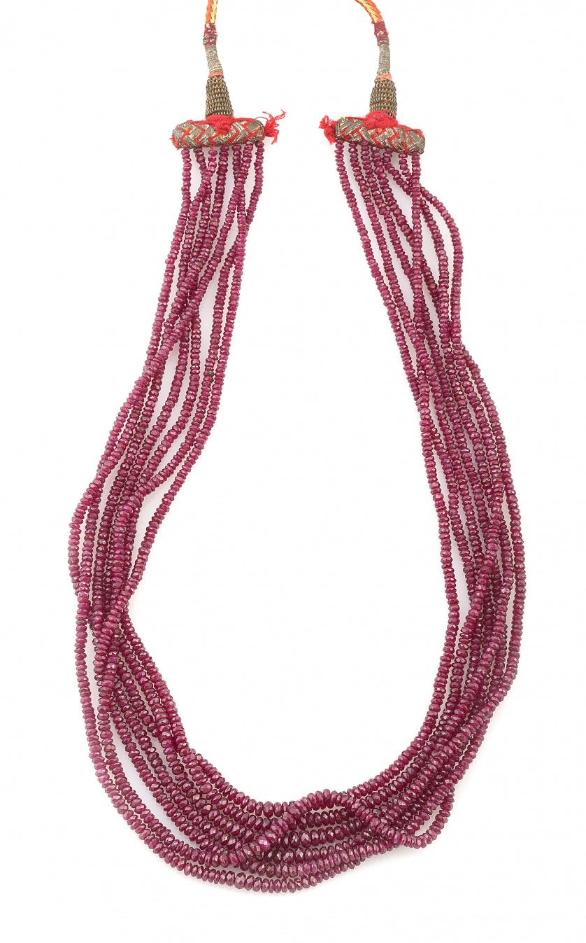 Siete hilos de rubies facetados de tamaño creciente hacia e
