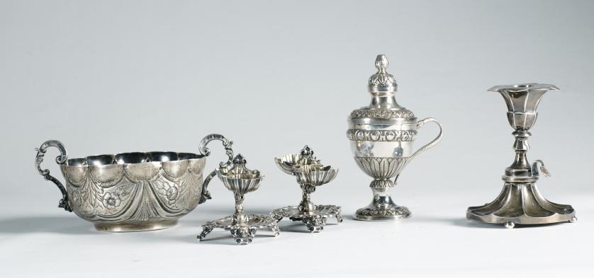 Bernegal de plata con decoración repujada de cortinas y flo