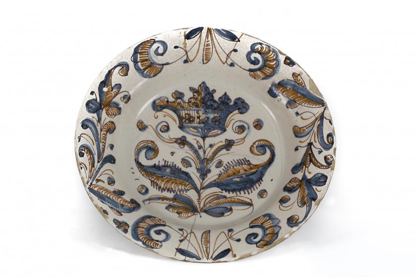 Plato de cerámica esmaltada de la serie tricolor con corona