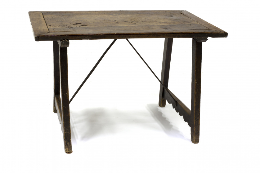 Bufete en madera de nogal con fiadores rectos de hierro.Ca