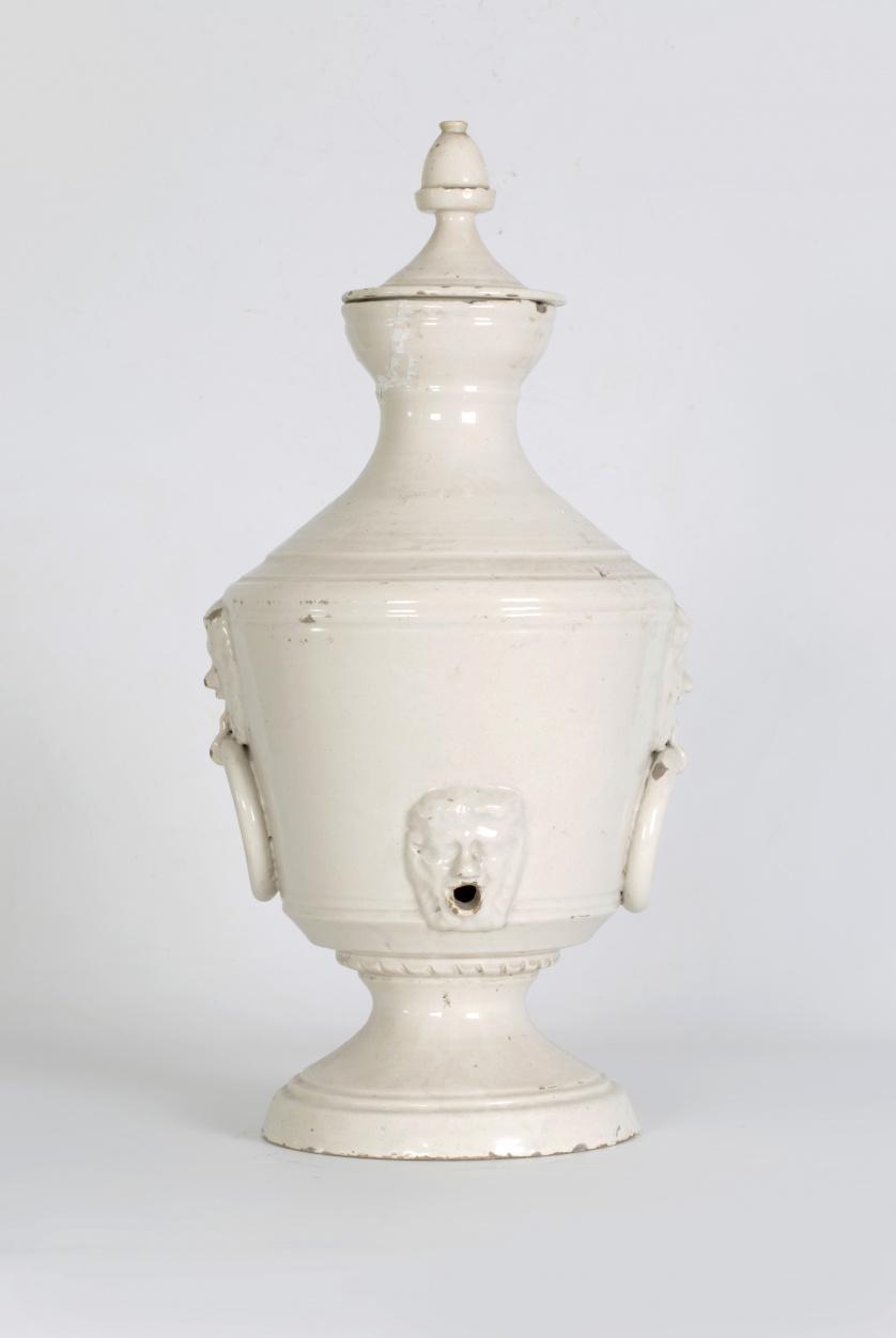 Aguamanil de cerámica esmaltada de blanco con argollas a ca