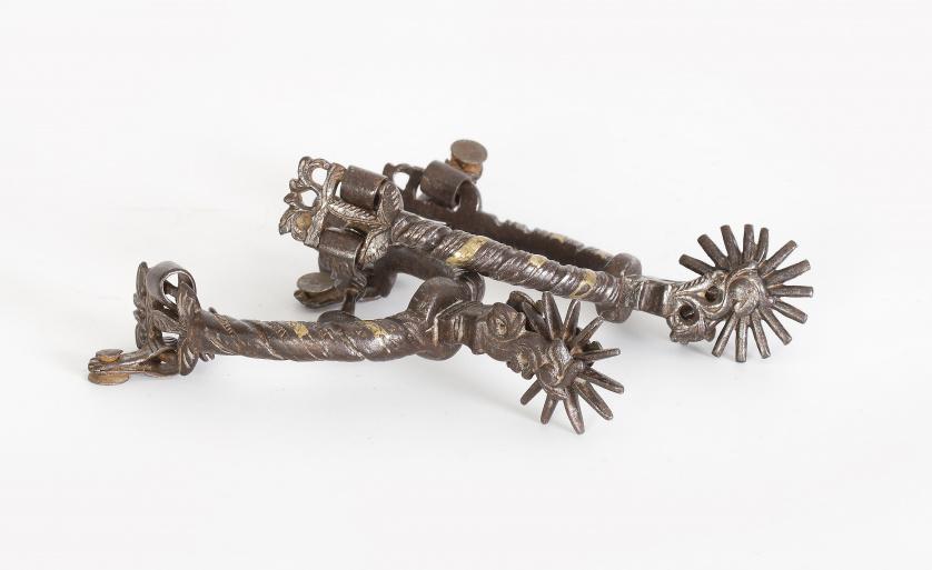 Pareja de espuelas de hierro y en parte dorado, S. XVIII