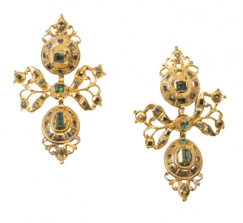 Pendientes populares de esmeraldas S. XVIII-XIX  con botón,