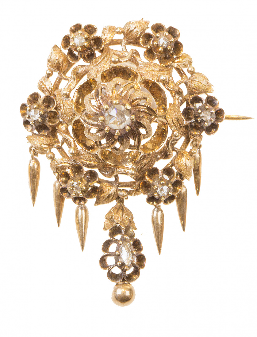 Broche S. XIX con diamantes de talla rosa, en diseño de flo