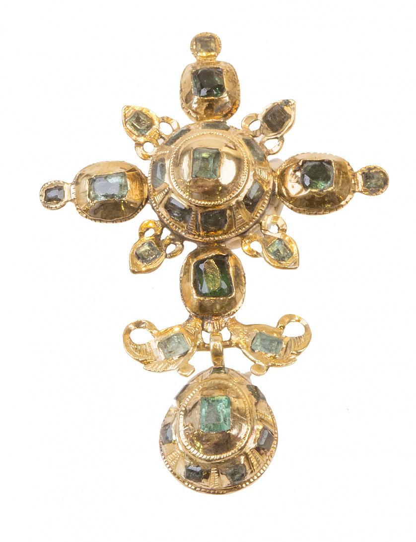 Cruz colgante popular S. XVIII-XIX de esmeraldas con botón