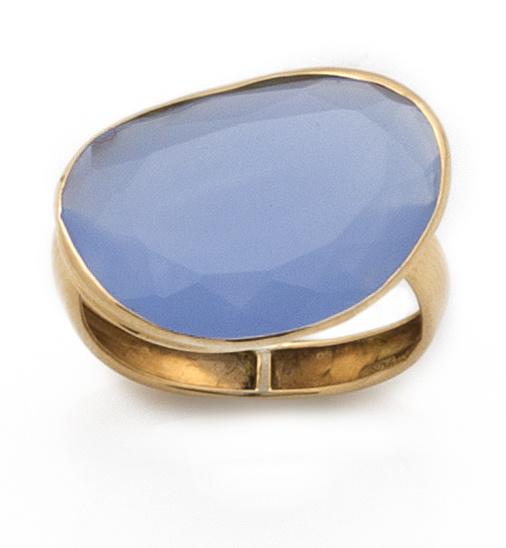 Sortija con ágata azul facetada en oro de 18K.