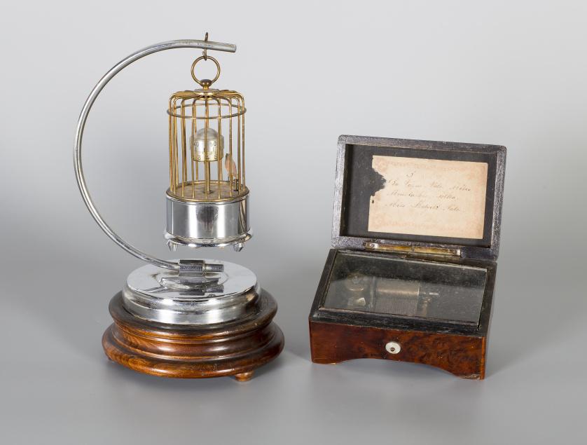 Reloj autómata con forma de jaula con pajarito apoyado en u