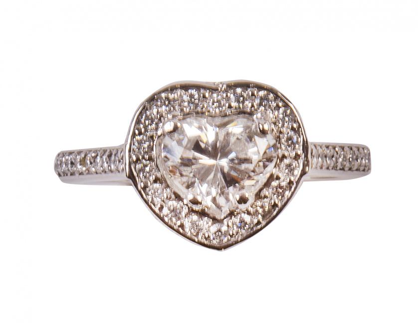 Sortija con un diamante talla corazón central de 1 ct. colo
