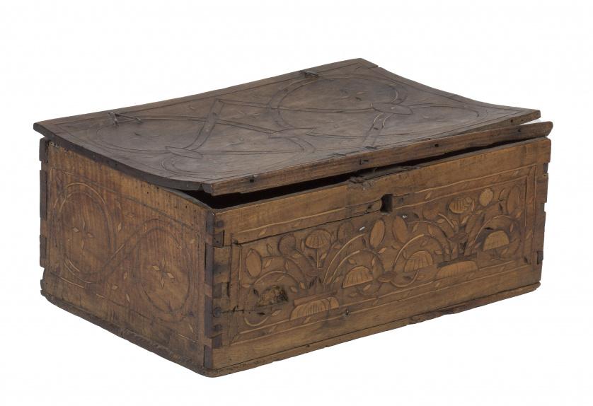 Caja de madera de nogal e incustraciones con decoración de